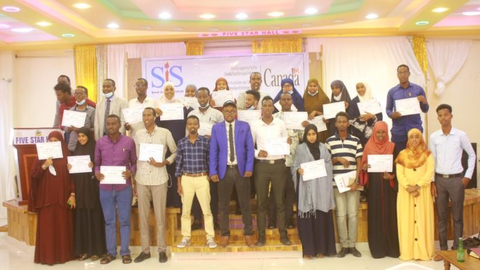 GROUP PHOTO: Journalists receive certificates at the end of a three-day training in Galkayo, Mudug on Thursday 9 September, 2021. | PHOTO CREDIT/SJS.